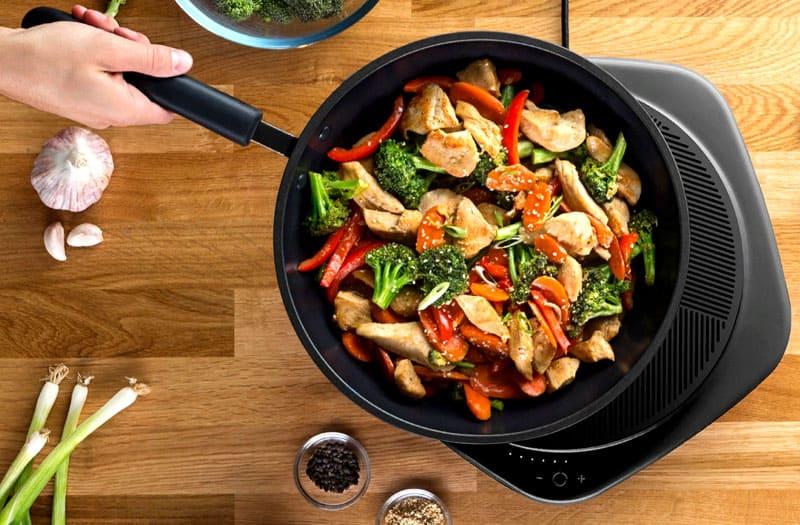 Несмотря на некоторое кипение и шипение, продукты в сковороде не подгорят