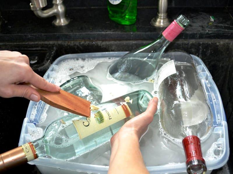 Бутылки необходимо предварительно очистить от этикеток