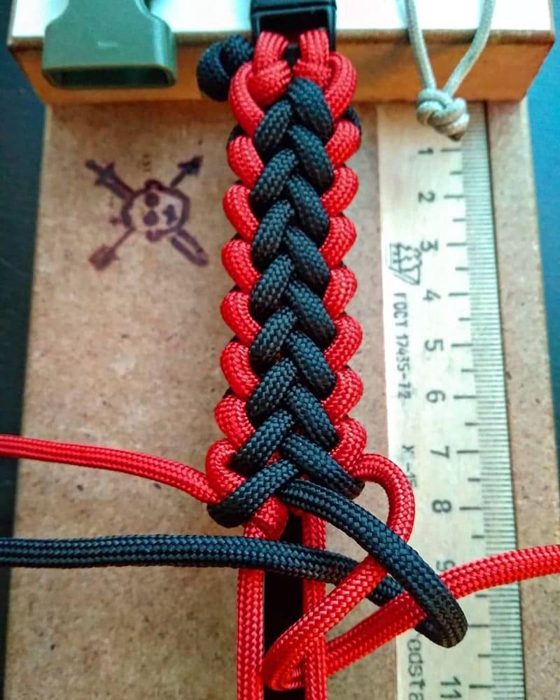 Двухцветный на одном шнурке (мы имеем в виде, что шнурок складывается вдвое)