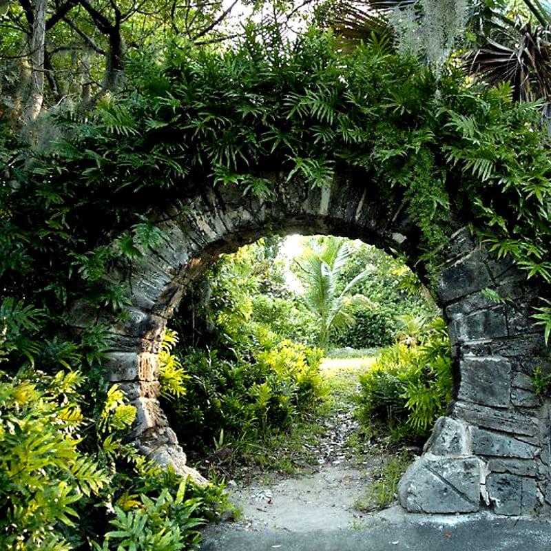 Каменные своды арки монументальны и годятся для английских садов, пейзажного стиля