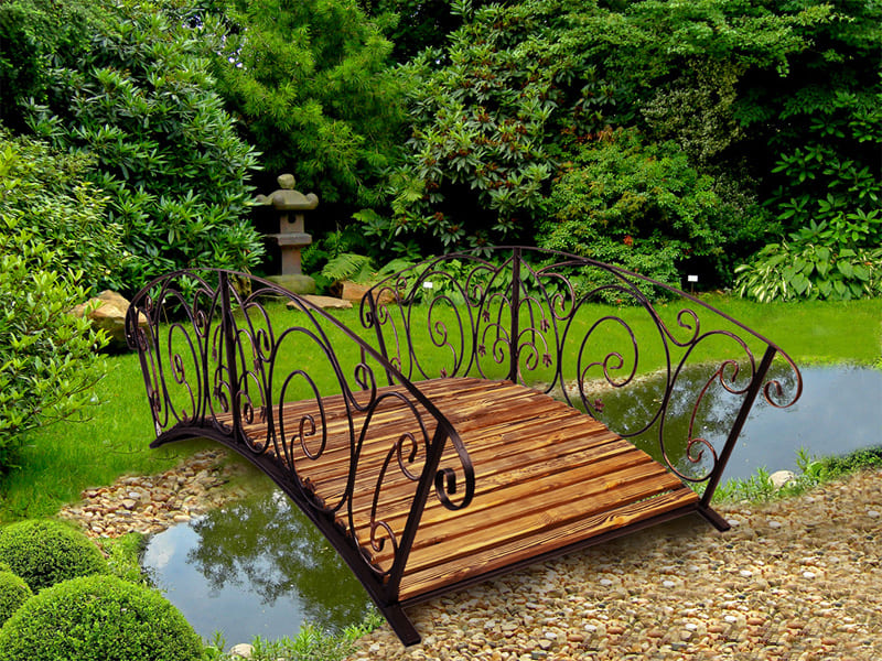 Для мостика основой служит дерево и ковка металла