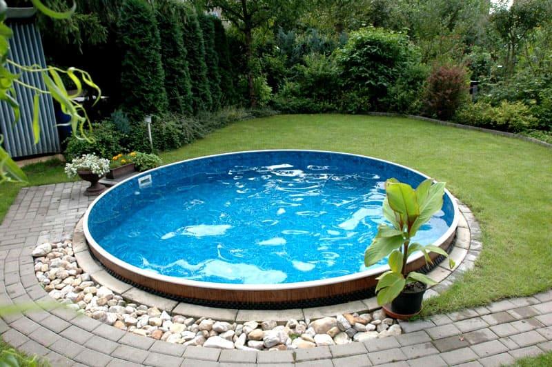 Даже небольшой по объёму бассейн можно красиво вписать в интерьер участка
