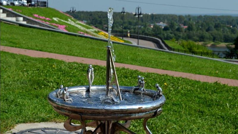 Стиль фонтанчика должен быть в гармонии с общим стилем садовой территории