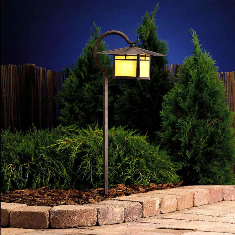 Фонари представлены разными стилистическими формами, главное, чтобы и днём, и ночью они украшали территорию