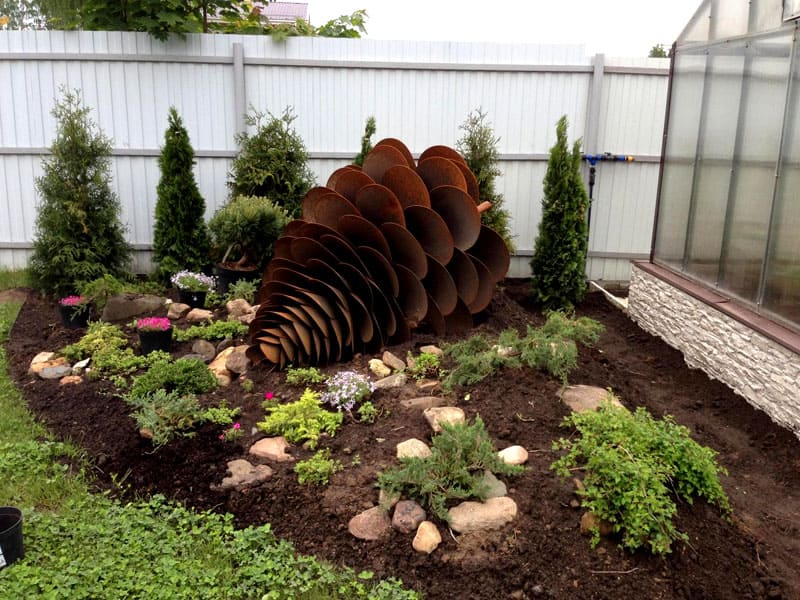 Нарушить гармонию, неверно выбранной скульптурой, тоже можно. Ориентируемся на общую стилистику сада