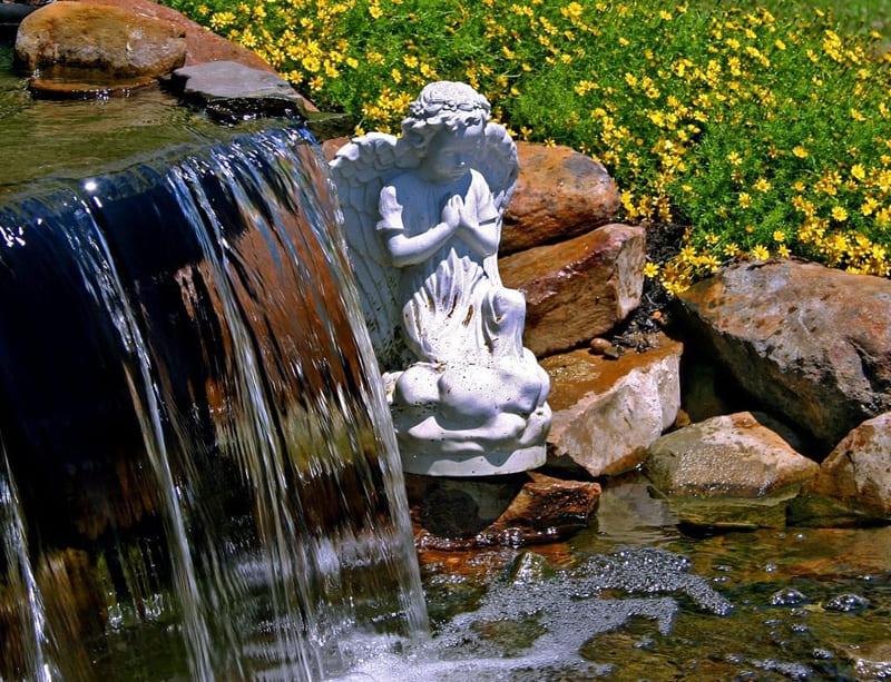 Водопад получается, если над прудом возвышается каменистый каскад