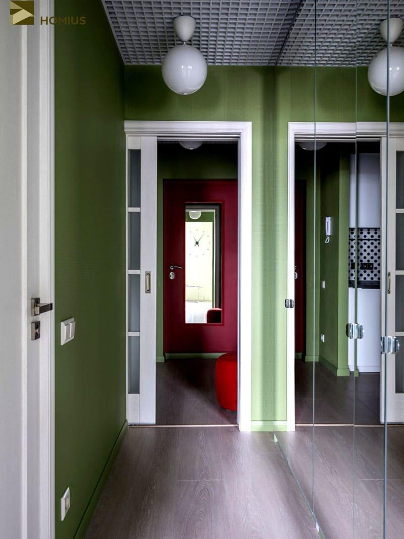 Зеркальная стена фактически визуально удваивает ширину узкого коридора