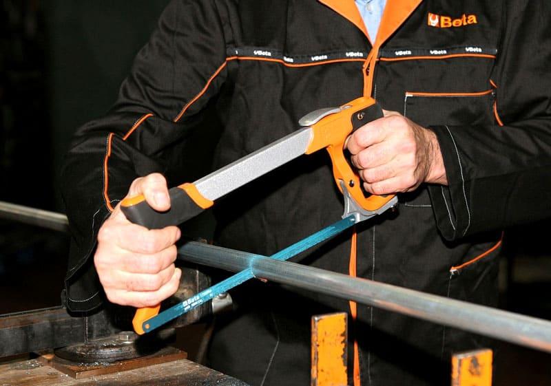 Удержание инструмента двумя руками снижает вероятность излома полотна