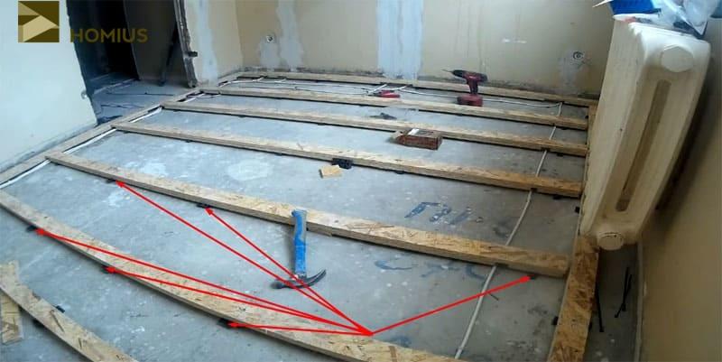 Выставляем решётку по уровню, после чего фиксируем к полу при помощи нагелей
