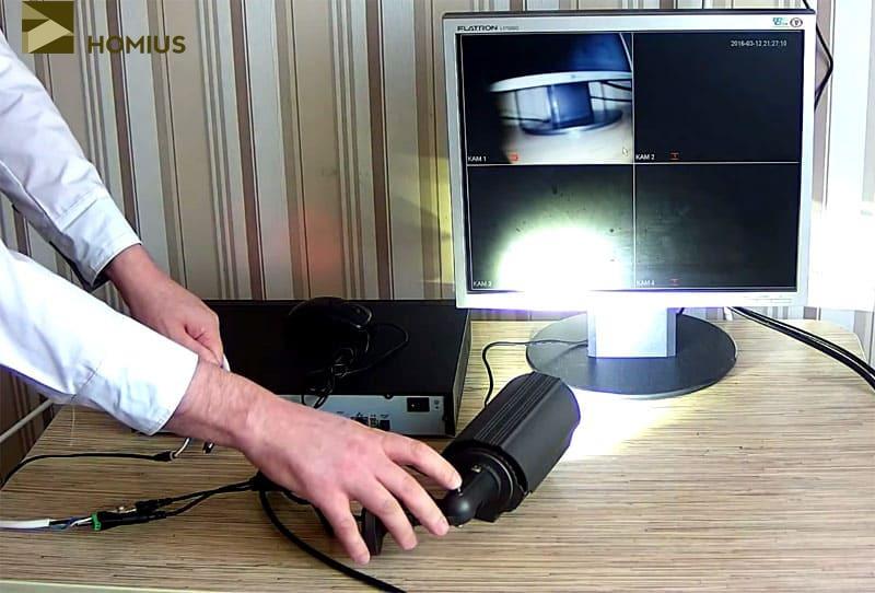 На фото явно виден луч прожектора, встроенного в видеокамеру