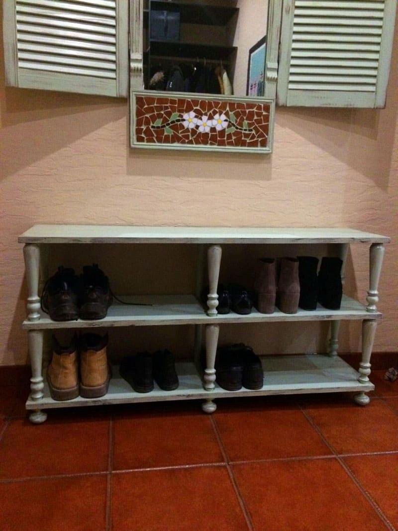 Из старой тумбочки можно взять основу и резные ножки, соорудив такой вот мини-комодик для туфель и башмаков