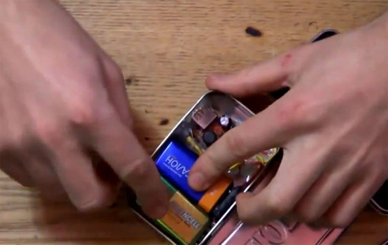 Одна батарейка подключена, вторая уложена на запас – можно приступить к испытаниям