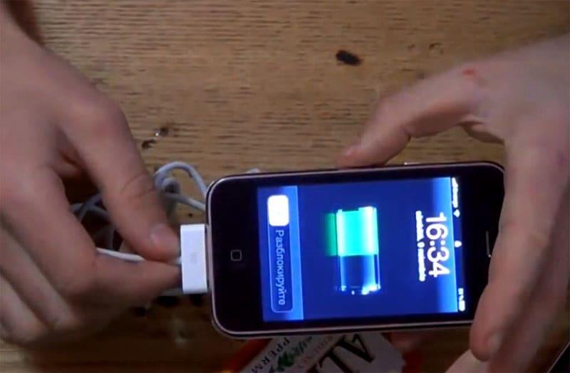 Гаджет подключен, и на его экране видно, что зарядка от портативного устройства поступает