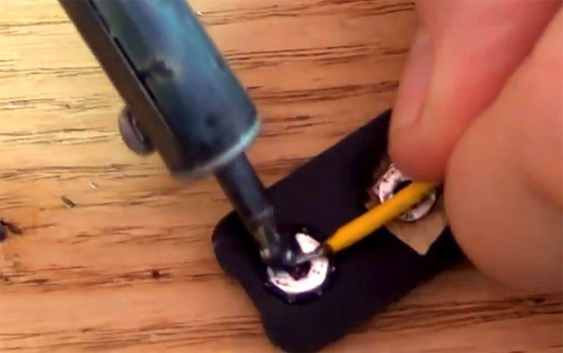 Припаиваем провода к контактной платформе, сделанной из старой батарейки