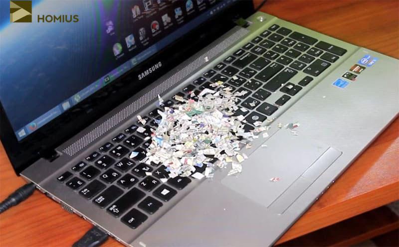 Мелко нарезанная бумага специально рассыпана по клавиатуре