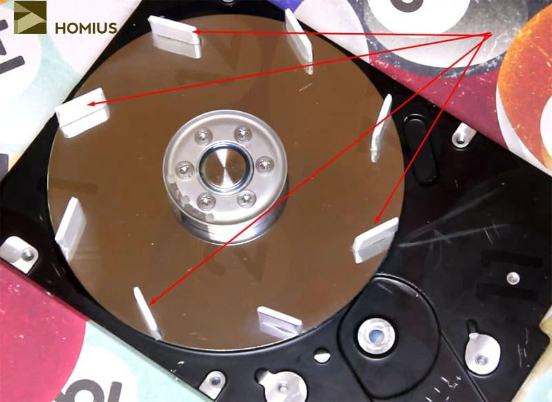 Пластиковые лопасти размещены по диску и приклеены