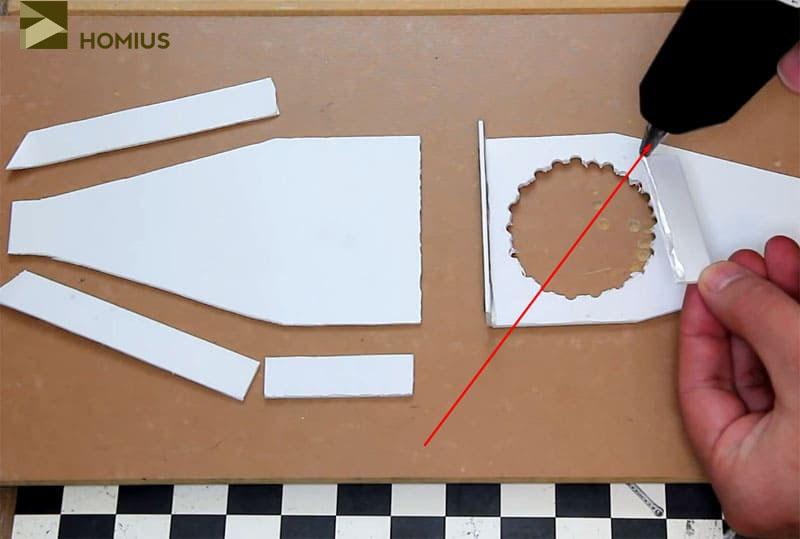 Склеиваем детали в коробочку при помощи термоклея