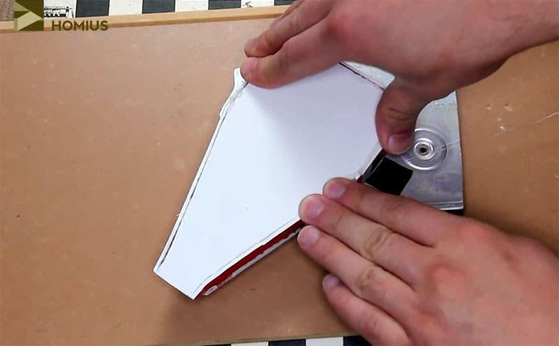 Приклеиваем пластиковую конструкцию к алюминиевому кожуху, сопоставив прорезанные отверстия