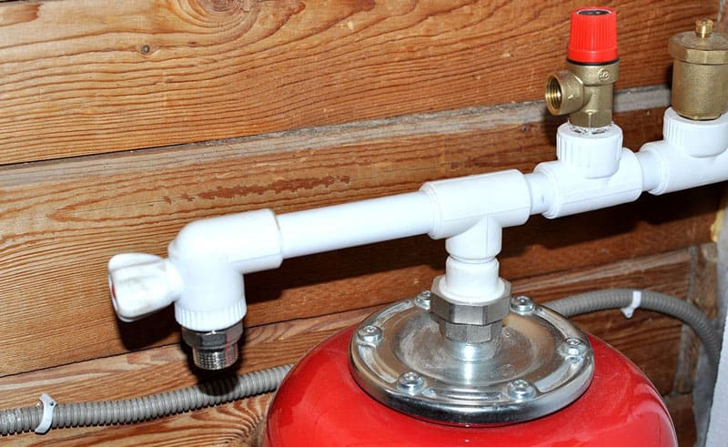 Наличие сливного крана обеспечит лёгкое и своевременное избавление от лишнего объёма воды и воздуха