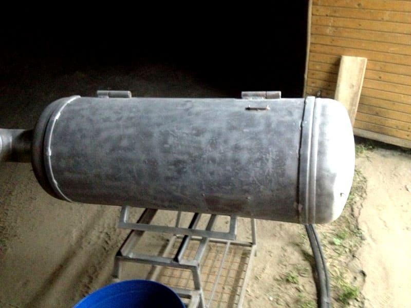 В качестве материала для изготовления агрегата можно использовать старый баллон или даже глушитель от автомобиля – лишь бы сохранялась герметичность