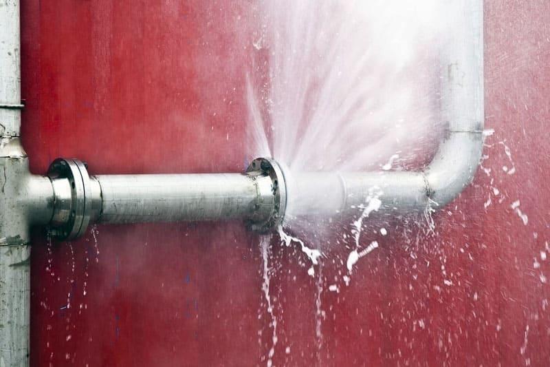 Вода может разрушить любой участок трубы или радиаторной батареи, но чаще всего прорывается в местах стыков или иных соединений