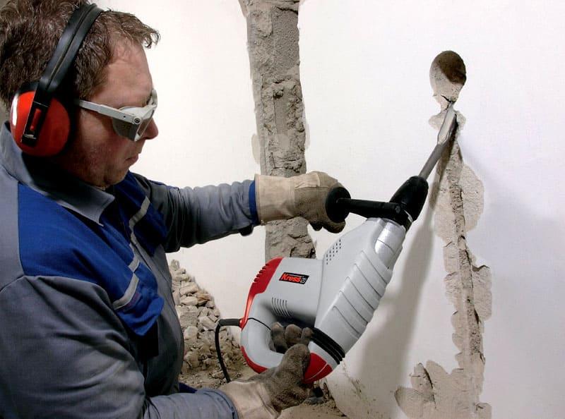 После нанесения штробы перфоратором убирают остатки материала
