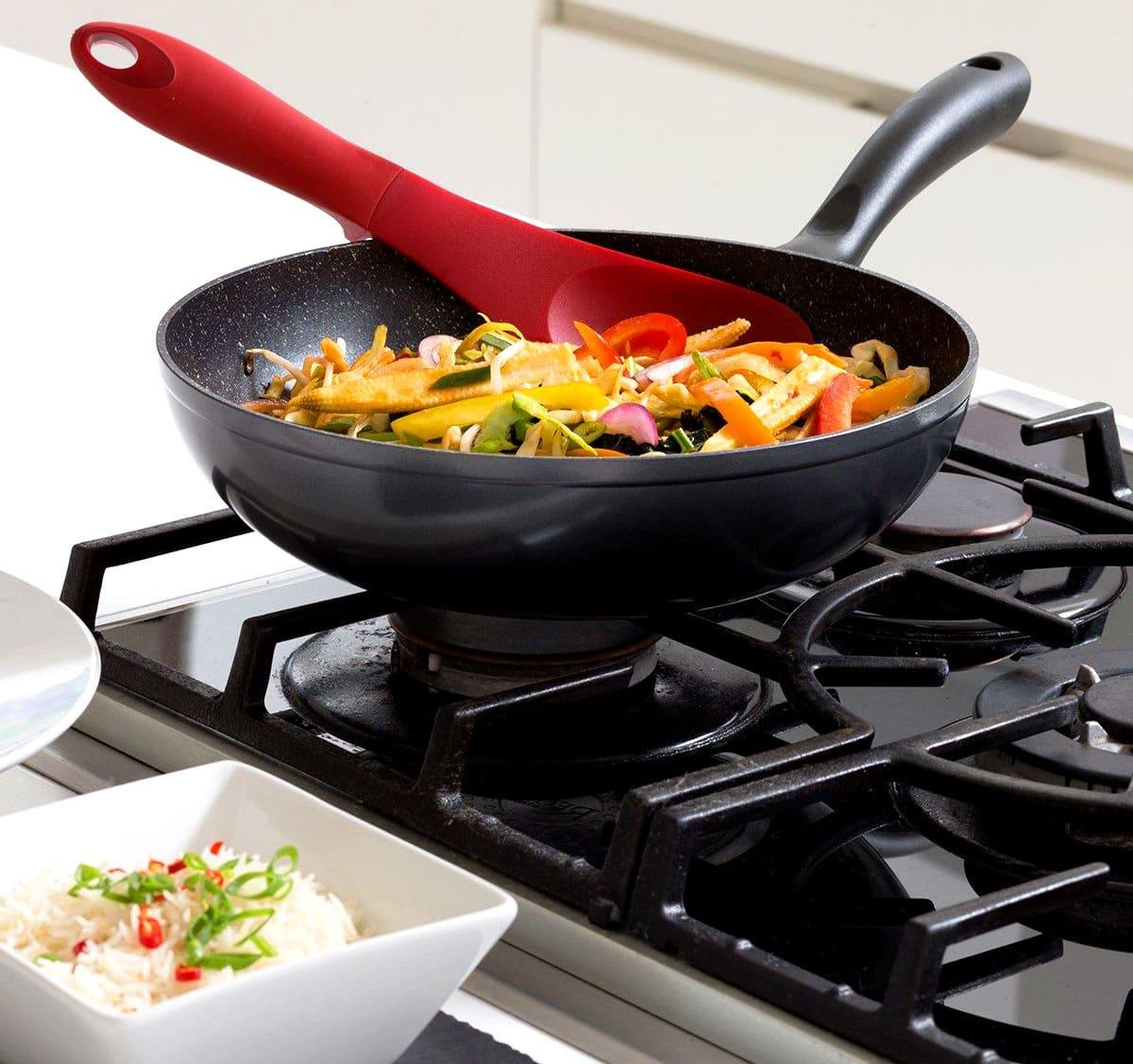 Во время приготовления пищи следует использовать деревянные и силиконовые лопатки