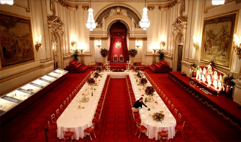 Меблировка дворца выполнена в английском и французском классическом стиле, здесь хранится коллекция северского фарфора и картины Рембрандта