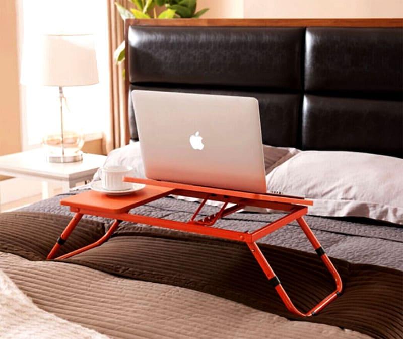 Компактный столик можно использовать для чтения или завтрака в постели