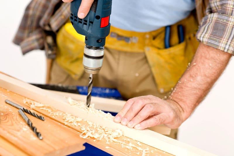 Проверка дерева на прочность происходит в тот момент, когда производится обработка с помощью саморезов, свёрла и гвоздей