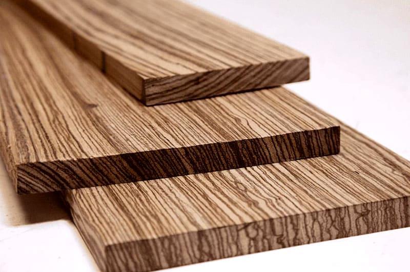 При срезе досок с боковой части твердость достигает до 30% у лиственных деревьев и до 40% у лесоматериалов, по сравнению с прочностью торцовых заготовок
