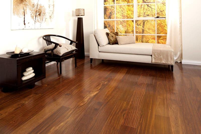 Данная древесина отлично подходит для изготовления паркета, напольных досок и мебели, однако, распил крайне сложен. С легкостью проходит полировка и шлифовка