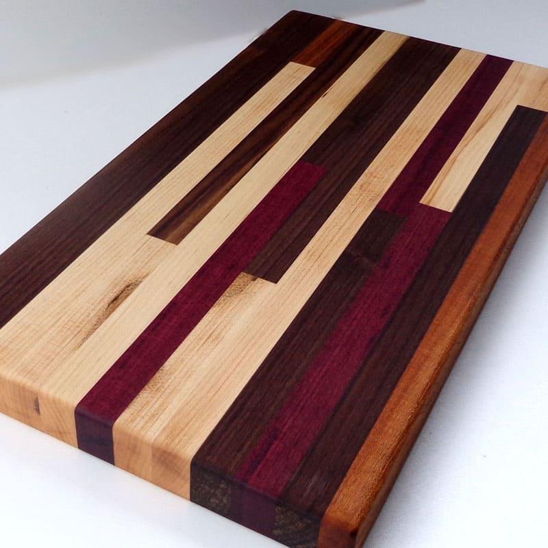 Прекрасные элементы для отделки помещений, детали интерьера, мебель и другие приспособления могут быть изготовлены из этого дерева