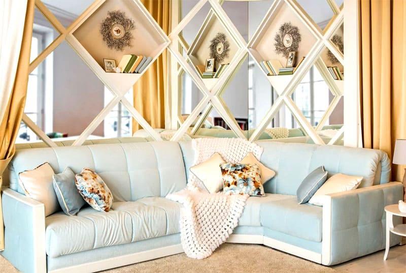 Бело-голубой диван в стиле прованс