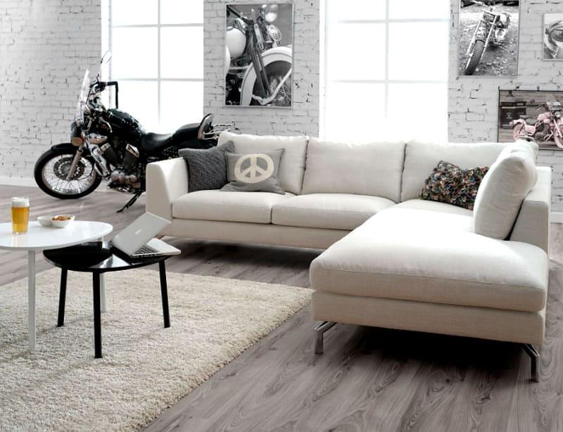 В стиле лофт диван может быть как с кожаной обивкой с эффектом потёртости, так и с тканевой