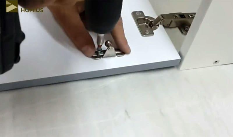 Прикручиваем нижние кронштейны, фиксируя их шурупами ровно по центру регулировочных прорезей