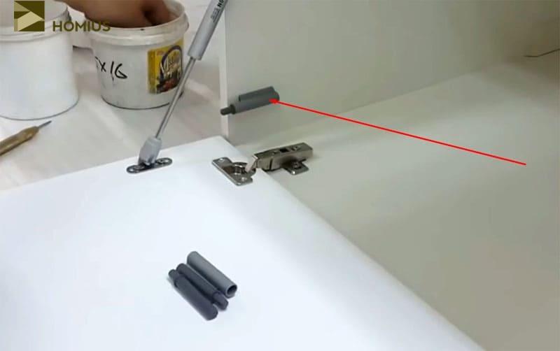 Один амортизатор установлен, переходим к противоположной стороне
