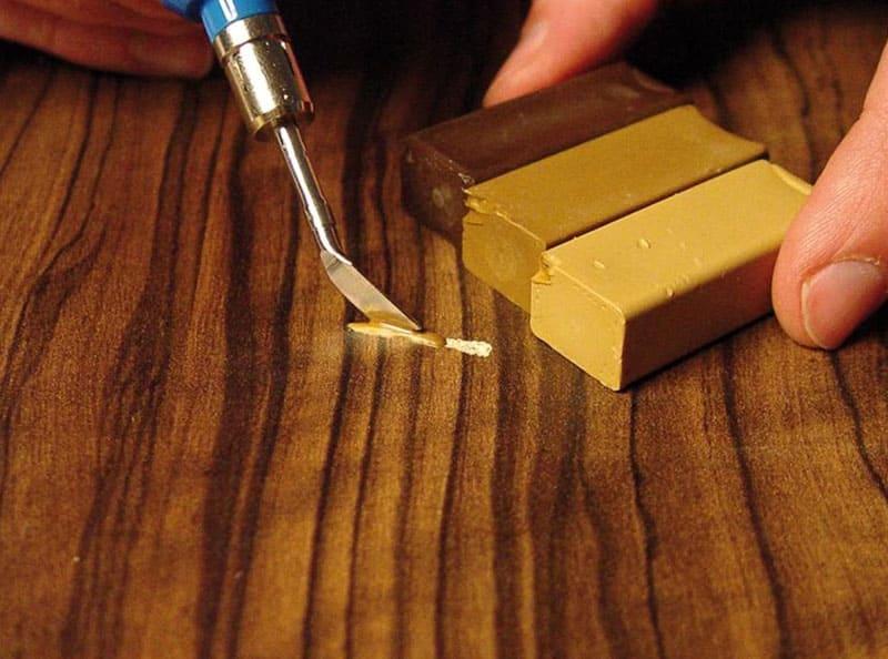 Подобранный в цвет состав позволяет заделать трещинки и царапины