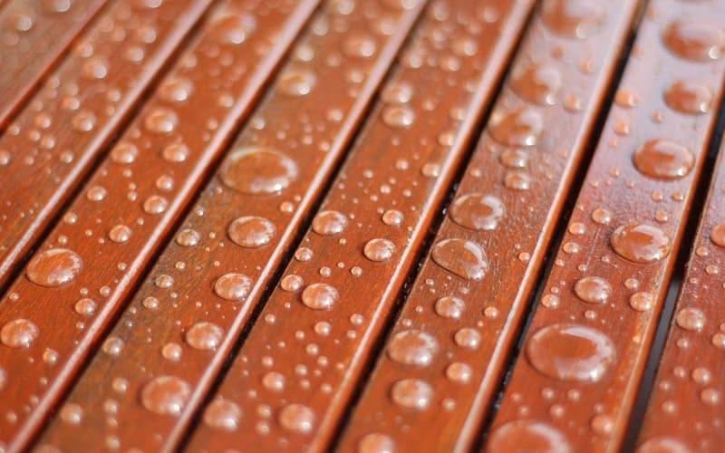 Сформированное покрытие защищает дерево от воздействия влаги