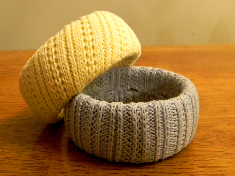ФОТО: organizeyourstuffnow.com Кроме того, вы сможете сделать комплект – браслет на руку, а из нижней части свитера сделать юбку