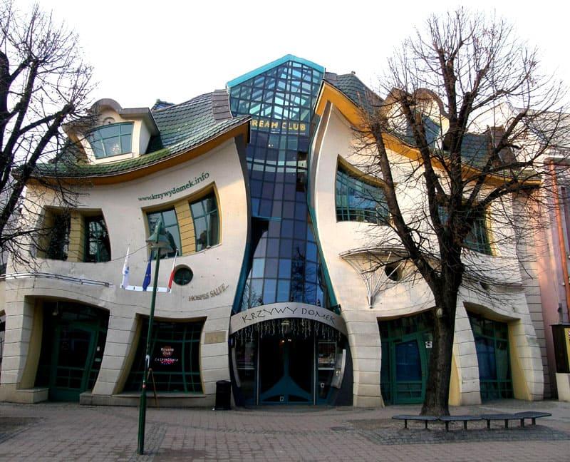 В Польше одним из самих необычных зданий является кривой дом в городе Сопот