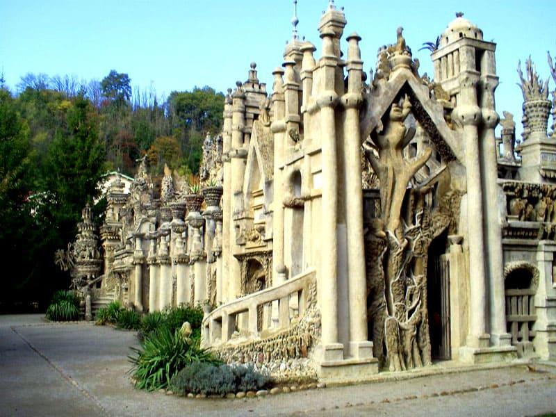 При постройке дворца за основу были взяты различные стили и течения как с Востока, так и с Запада
