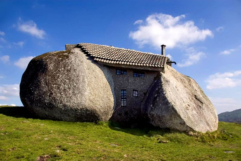 С течением времени интерес туристов и дому-камню только растет