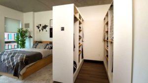 В закрытом виде умный шкаф отлично вписывается в интерьер гостиной ― с обратной стороны его удобное рабочее место