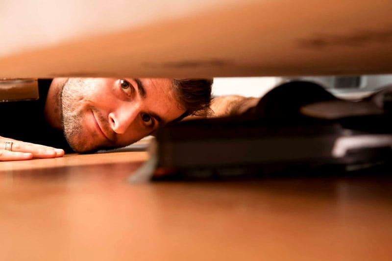 ФОТО: mirtesen.ru Под тяжёлой мебелью вы можете найти не только пыль, но и мелкие потеряшки