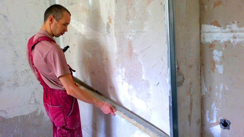 ФОТО: remontik.org Каждый этап отделочных работ нужно проверять уровнем