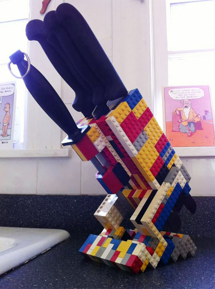ФОТО: cdn.vsyako.net Если надоело выуживать из ящика стола ножи, соорудите из Lego подставку для них