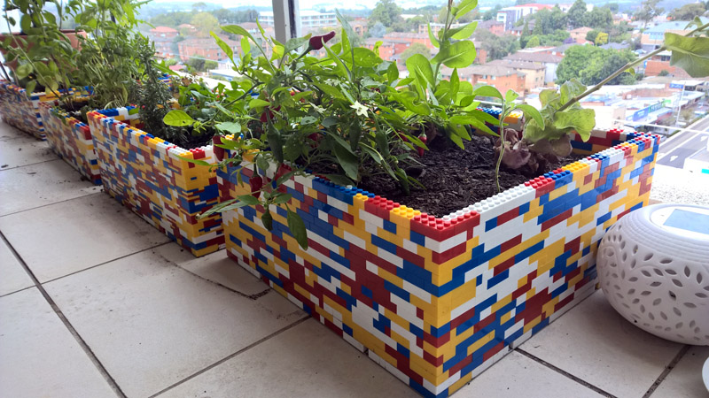 ФОТО: cdn.fishki.net Кубики конструктора отлично подойдут и для создания яркого кашпо