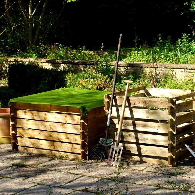 ФОТО: rackcdn.com Позаботьтесь о запасах компоста и листового перегноя, чтобы в вашем распоряжении всегда было необходимое количество органических компонентов