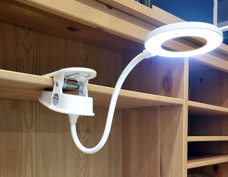 Лампа крепится к поверхностям с помощью специального удобного зажима